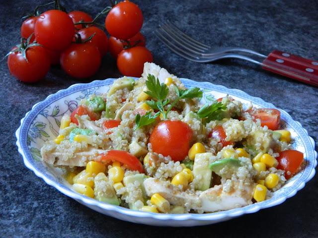 Salata de quinoa cu porumb, rosii si avocado