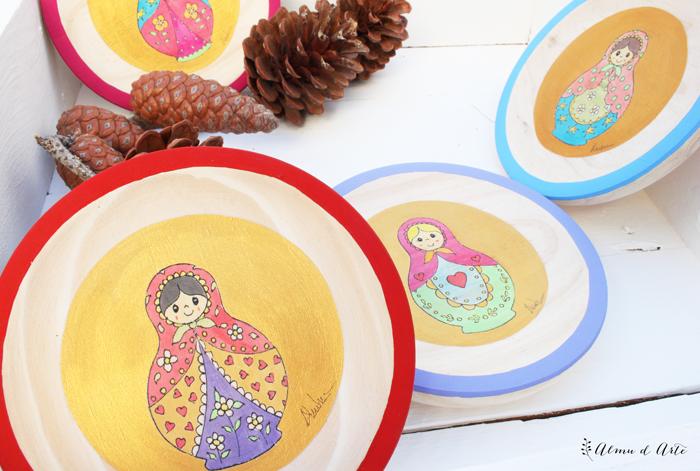 Matrioskas de colores pintadas sobre madera