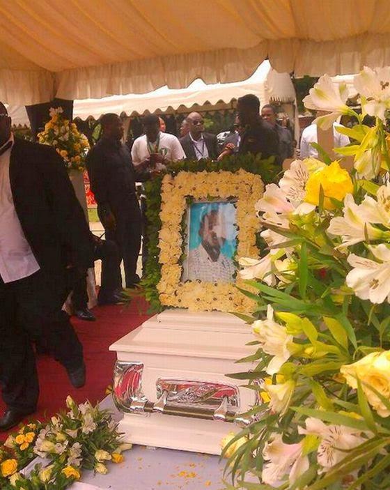 Jeneza lenye mwili wa marehemu George Otieno 'Tyson' likiwa Viwanja
