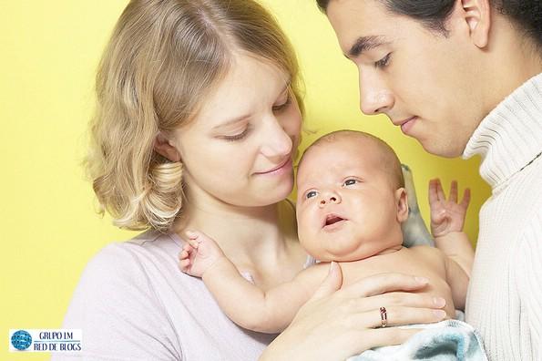Colocar aros a una bebé