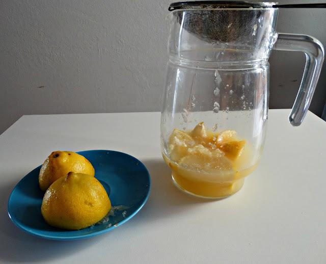 Jarra con colador, para exprimir las limas y el limón