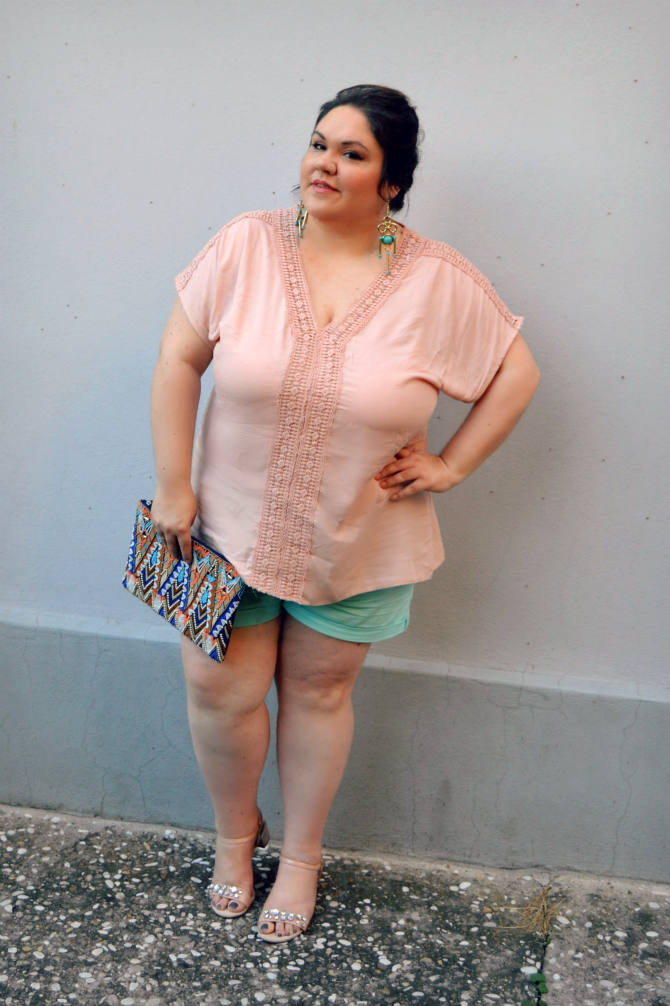 outfit plus size con shorts e tunica crochet pastello