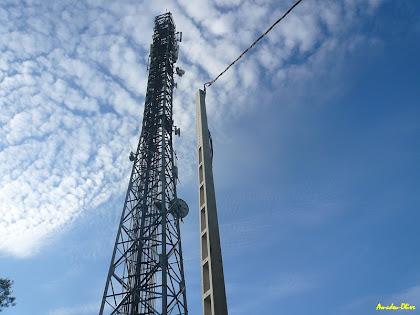 Instal·lacions de comunicacions a la Muntanyeta. Autor: Amadeu Olive