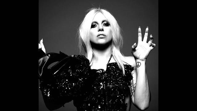 "Lady Gaga invitó a sus compañeros de ""AHS: HOTEL"" a nadar en sangre."