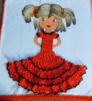 Pintura de boneca em pano de prato com vestido de crochê.