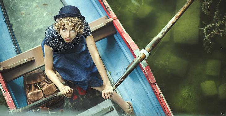Photo de Das Sheep en barque, outfit rétro avec jupe midi et chapeau melon marine