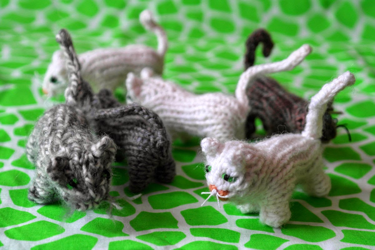DU ZUERST: Kleine gestrickte Katze