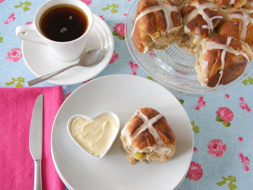... spice: Apple and Cinnamon Pull Apart Hot Cross Buns with Maple Icing