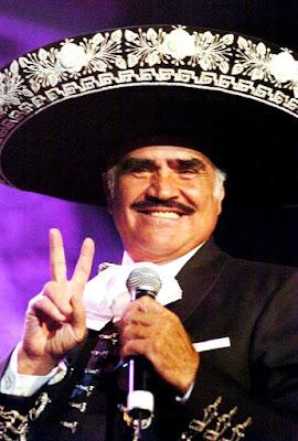 Vicente Fernández saludando con la mano