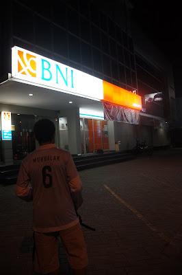 Pergi ke ATM BNI di malam hari
