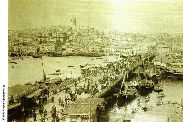 Eminönü'nden Galata Köprüsü'nü gösteren bir fotoğraf (1901-1902)