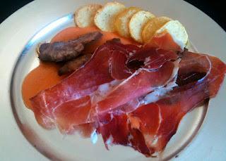 Cocina con Aníbal Presa ibérica sobre lecho de salmorejo cubiertas de jamón serrano