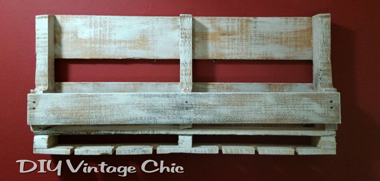 Diy vintage chic pallet wine rack for How to make a wine rack out of pallet wood