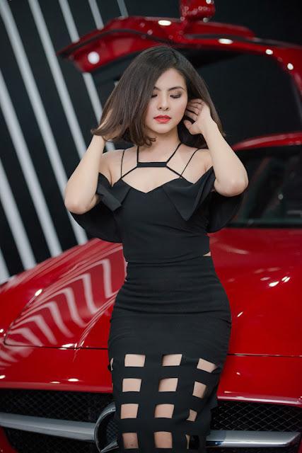 Diễn viên 'Cô dâu đại chiến 2' cũng gây sự chú ý trong chương trình với bộ cánh đen bó sát, cut-out ở phần ngực và đùi.