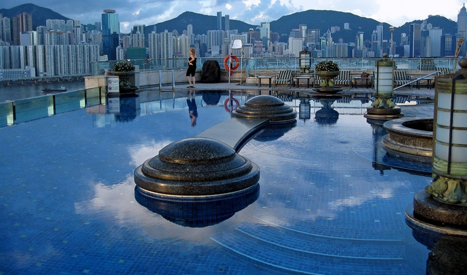 Beautiful roof top swimming pools around the world amazing photos collection amazing wallpapers for Most amazing swimming pools in the world
