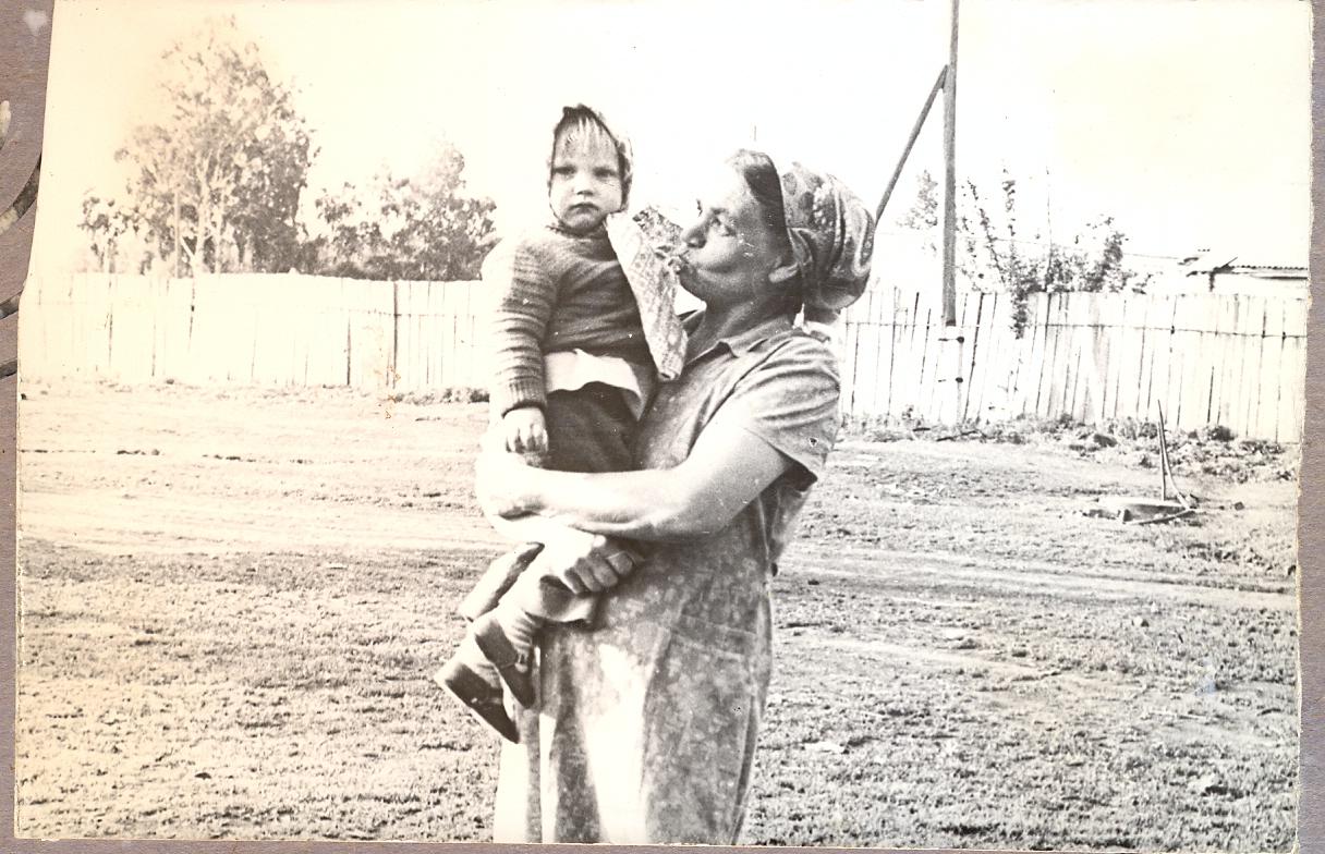 Толстая мама залезла на сына 4 фотография
