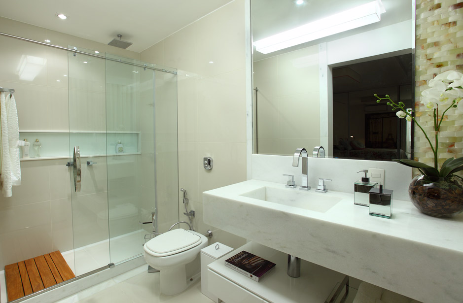 decoracao banheiro fotos : decoracao banheiro fotos:Banheiro com nicho embutido na alvenaria dentro do box, muita