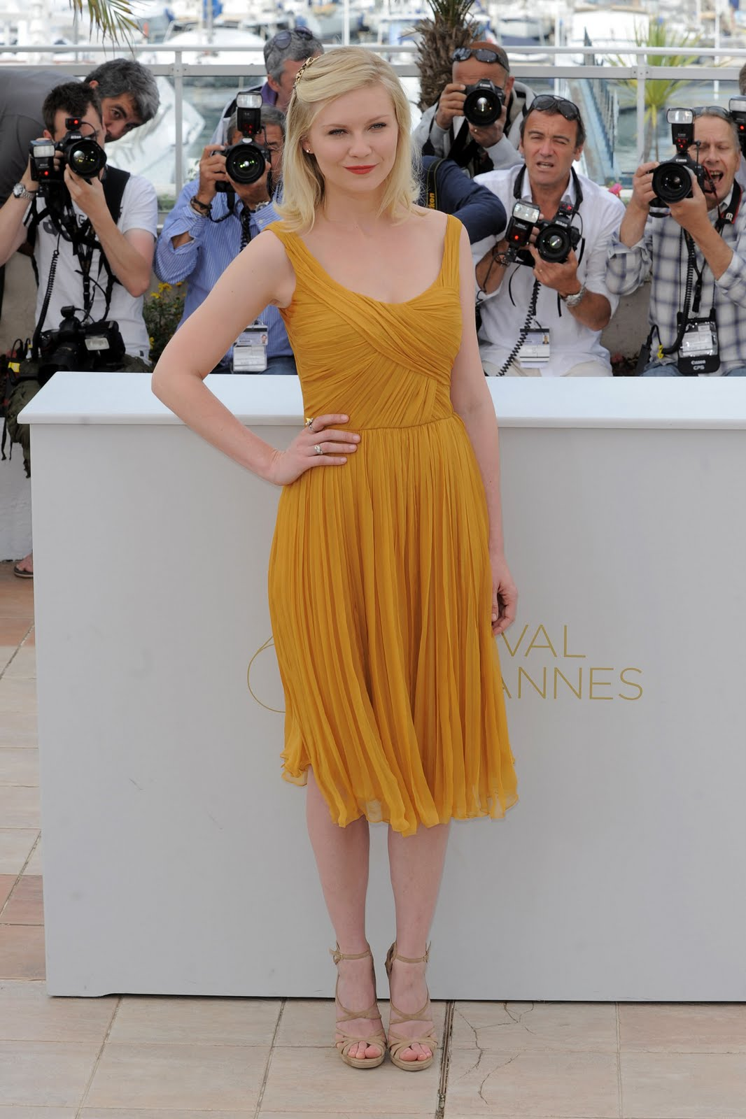 http://1.bp.blogspot.com/-uDyoUwE7j5A/Tdpzrr1ypQI/AAAAAAAAI94/k4TH3RTvuSM/s1600/26092_Preppie_Kirsten_Dunst_at_Melancholia_photocall_at_the_64th_Cannes_Film_Festival_15_122_62lo.jpg