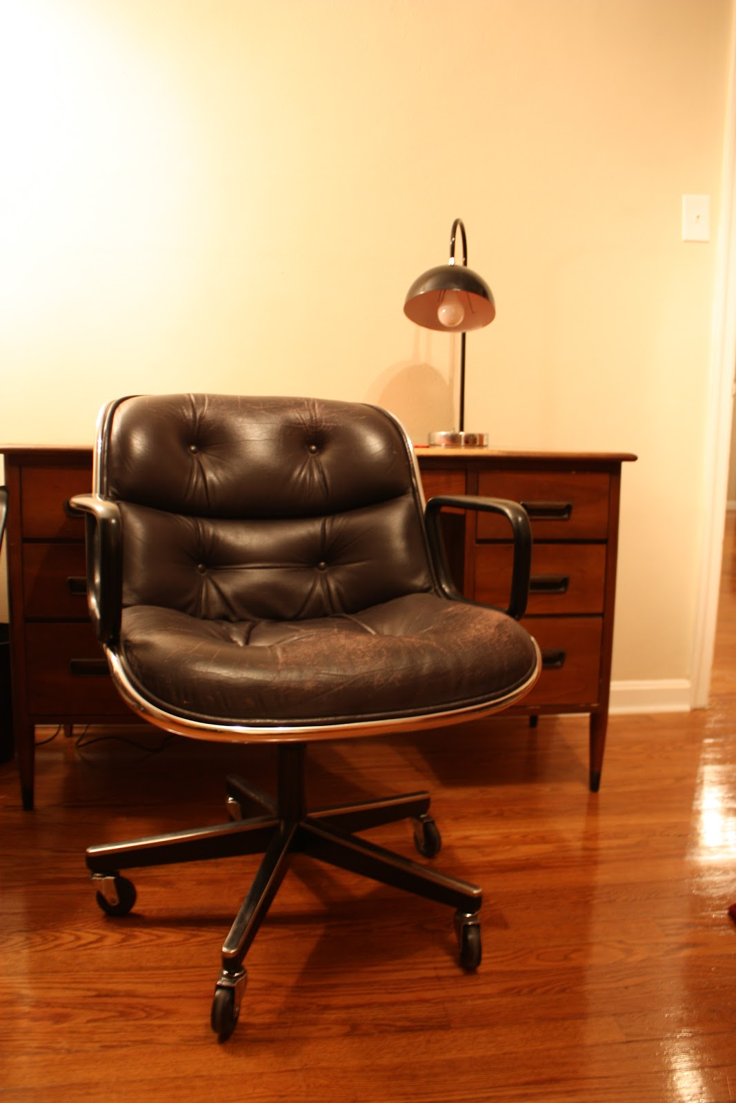 Knoll life chair geek -  Yes That Is A Snuggie Resting Atop That Knoll Pollock