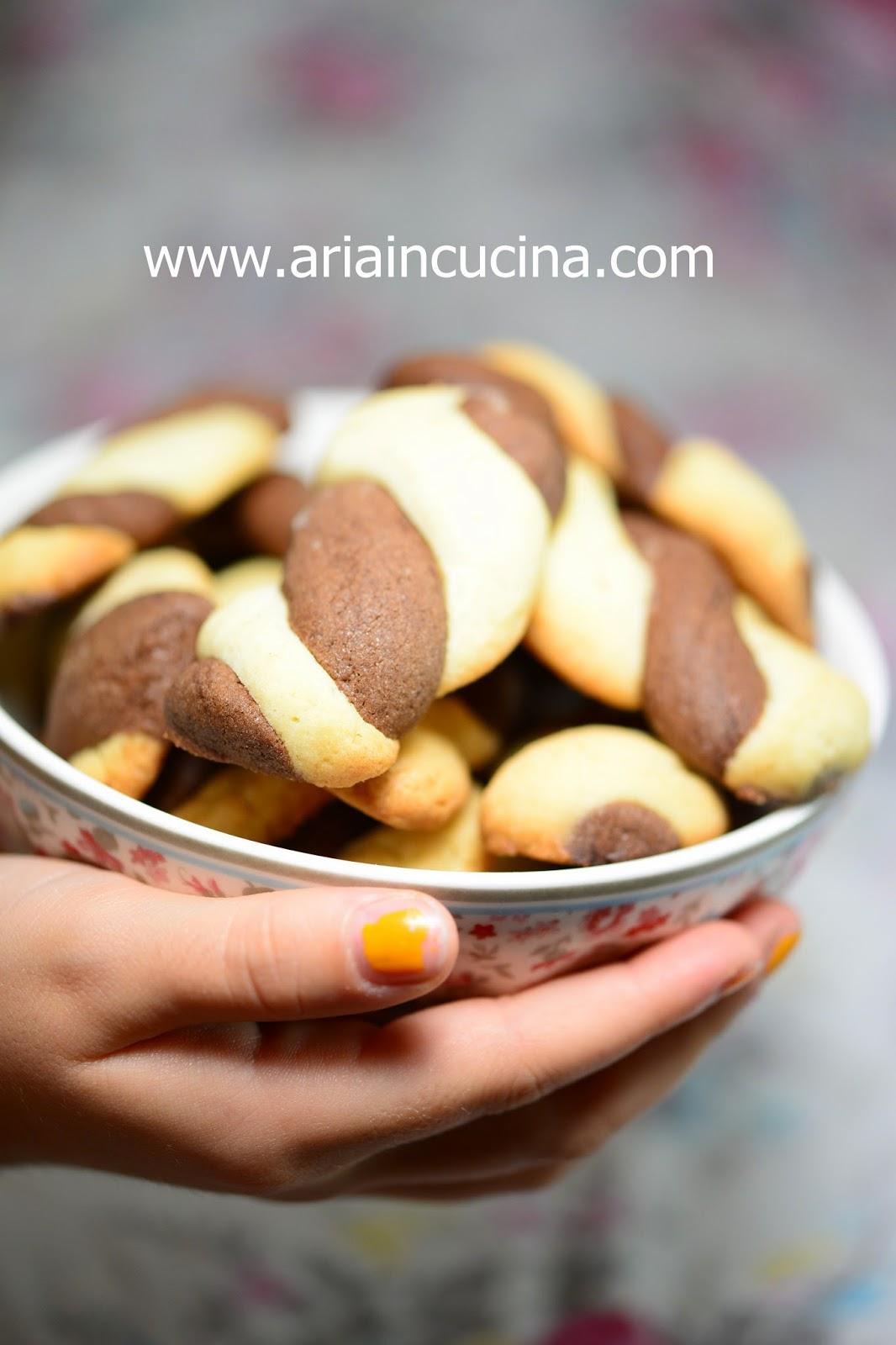Blog di cucina di Aria: Biscotti treccine vaniglia e cacao