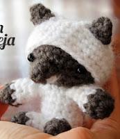 http://www.corriendocontijeras.com/patron-lobo-con-piel-de-oveja-amigurumi/