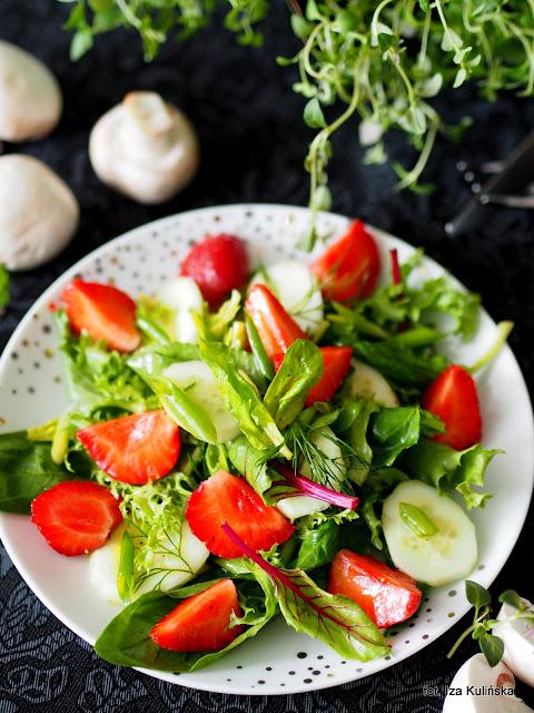 sałatka , młode liście , ogórek , truskawki , surówka do obiadu