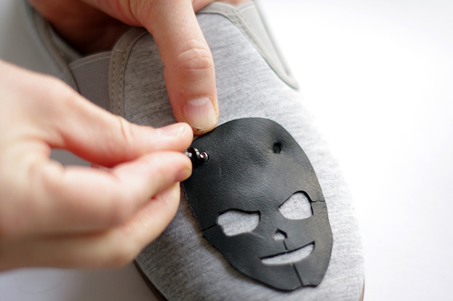 How to make Spiked Skull Slippers. Step by Step tutorial designed by Xenia Kuhn for fashionrolla.com