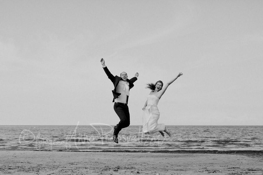pruutpaar-hyppab-rannas