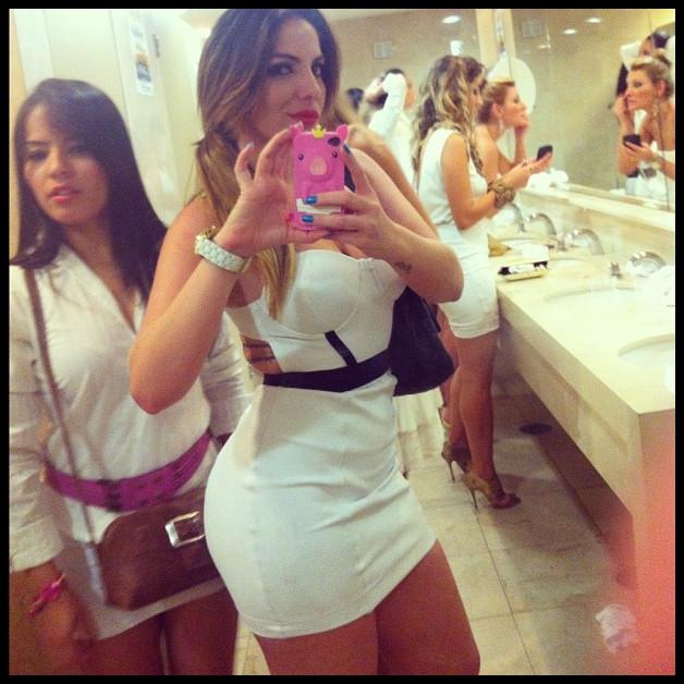 ExBBB Anamara posta foto em banheiro feminino  Cena Legal -> Banheiro Feminino Translation