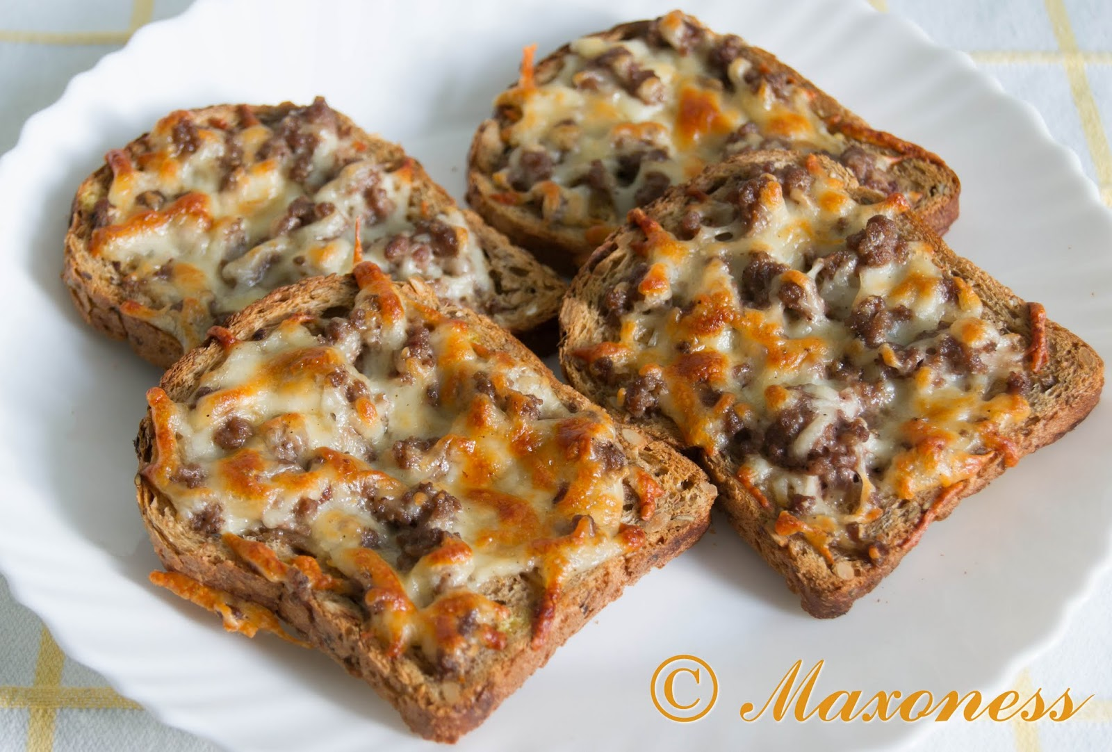 Кростини со свиным фаршем и мягким сыром. Итальянская кухня.