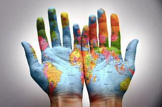 los cinco continentes en las manos