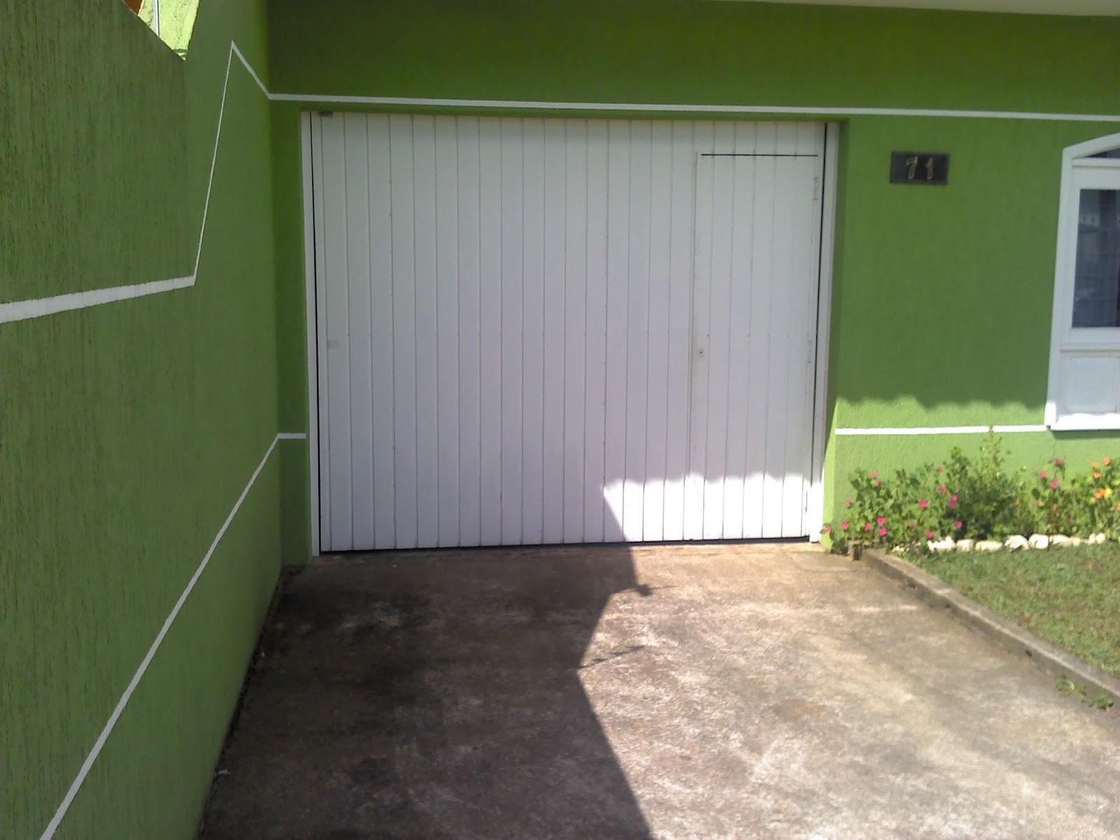Grafiato Na Fachada Da Casa E Nos Muros  Janelas  Portas E Grades