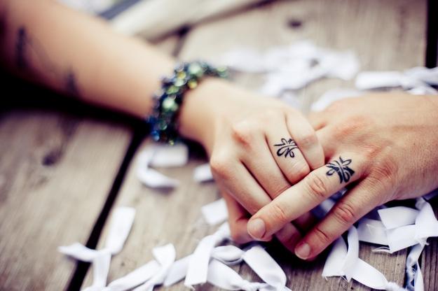 Xem hình xăm đôi ở ngón tay của cặp tình nhân