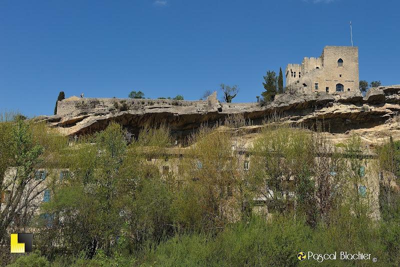 mollans sur ouvèze le rocher et son château au dessus du village photo pascal blachier au delà du cliché