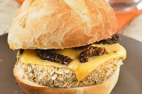 Hamburguesas de guisantes con queso y tomates en aceite