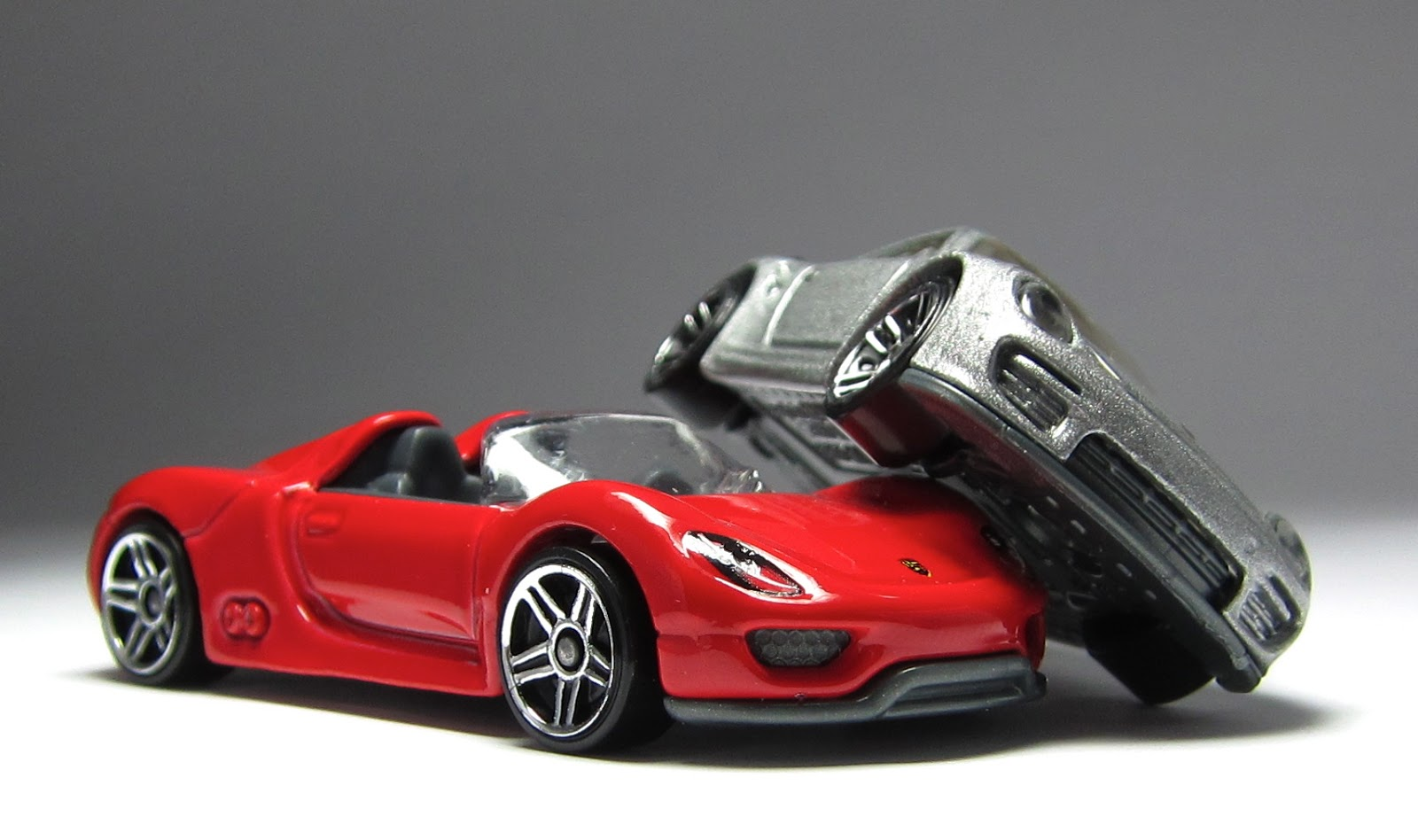 car lamley group first look a pair of porsches 918 spider in red mu. Black Bedroom Furniture Sets. Home Design Ideas