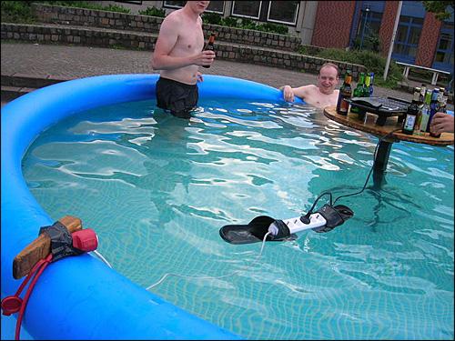 Le coup de la prise dans la piscine, toujours aussi drôles ces bricoleurs!