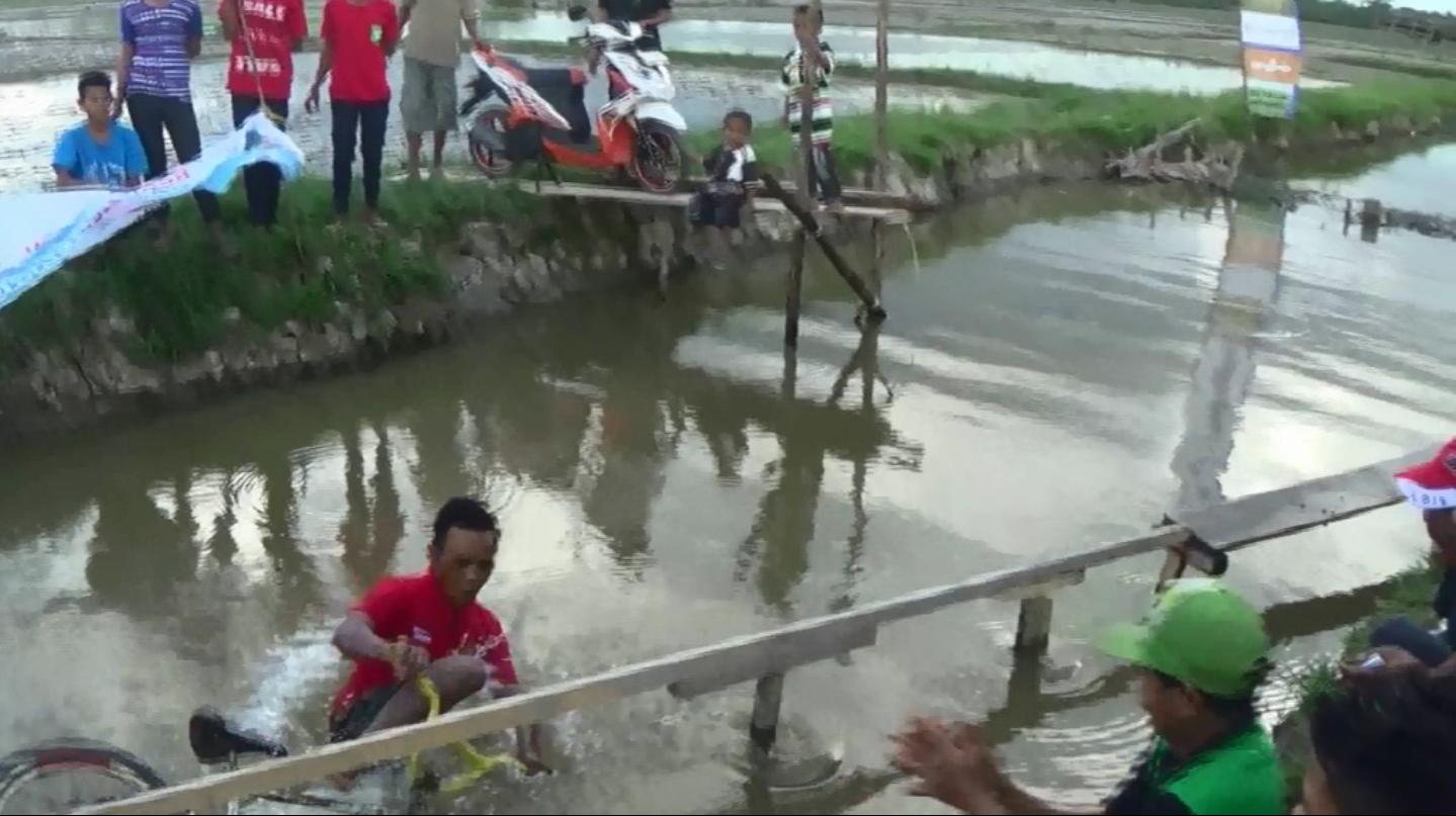 Lomba Sepeda di Atas Air. Foto: Taufik Qurahman