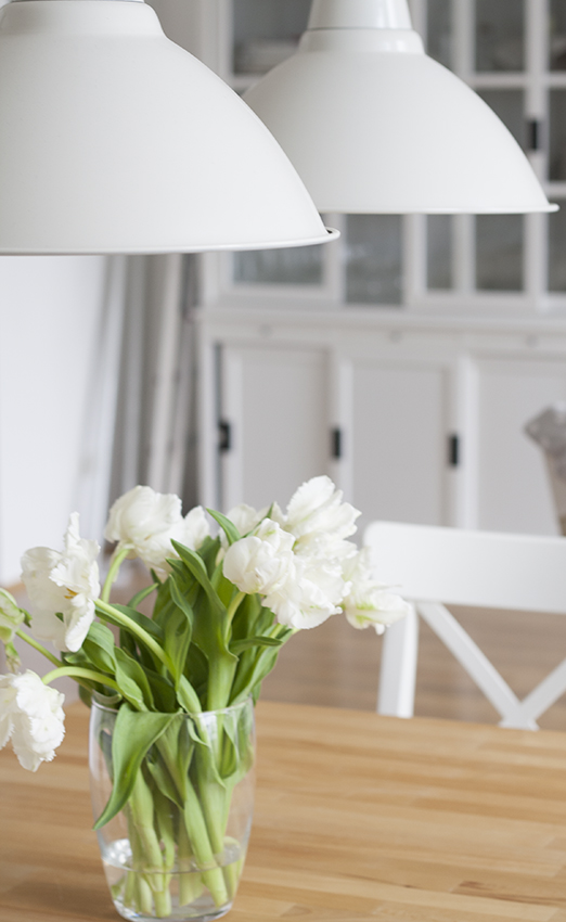 Tulpenstrauss auf Tisch