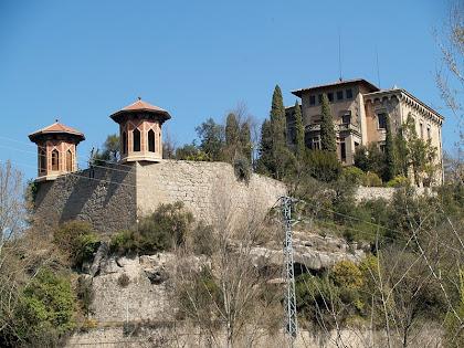 La Torre Nova de Cal Pons amb les seves glorietes des del pont del Llobregat