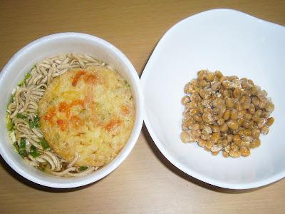 納豆に日清のどん兵衛 天ぷらそばミニ