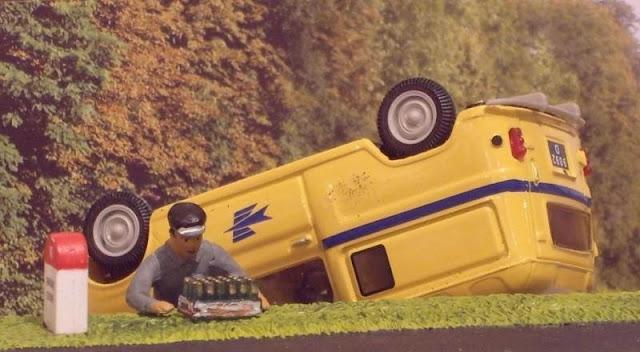 Curioso diorama representando um capotamento de uma viatura dos correios, enquanto o carteiro parece querer salvar...uma grade de cervejas! Está tudo dito! Tudo está bem quando acaba bem!