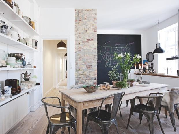 avec ce mur de briques et cette table de ferme et bien sur j adore vous vous en doutez les chaises style tolix et le tableau noir