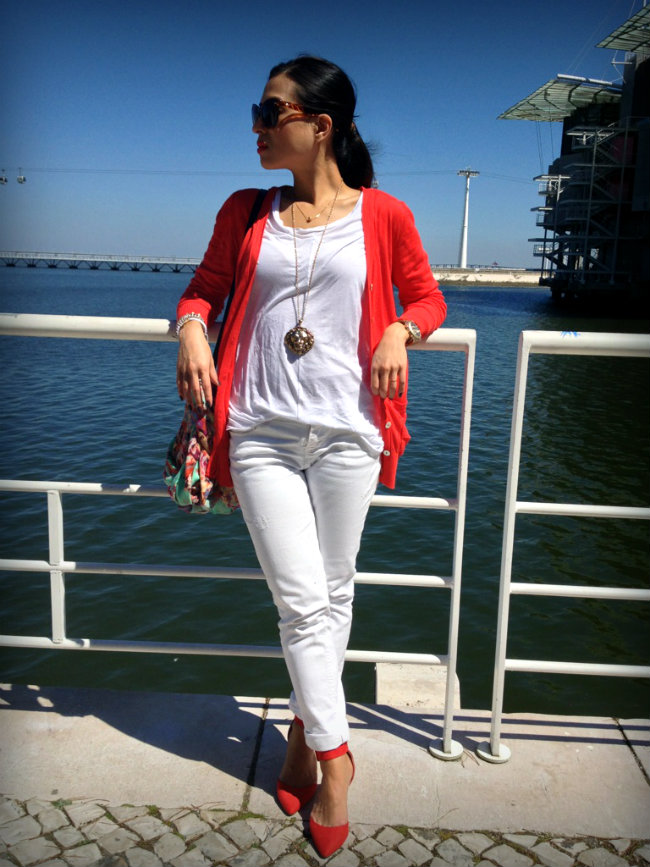 daniela pires, street style, fashion blogger, white jeans, red, look, outfit, zara shoes, animal print clutch