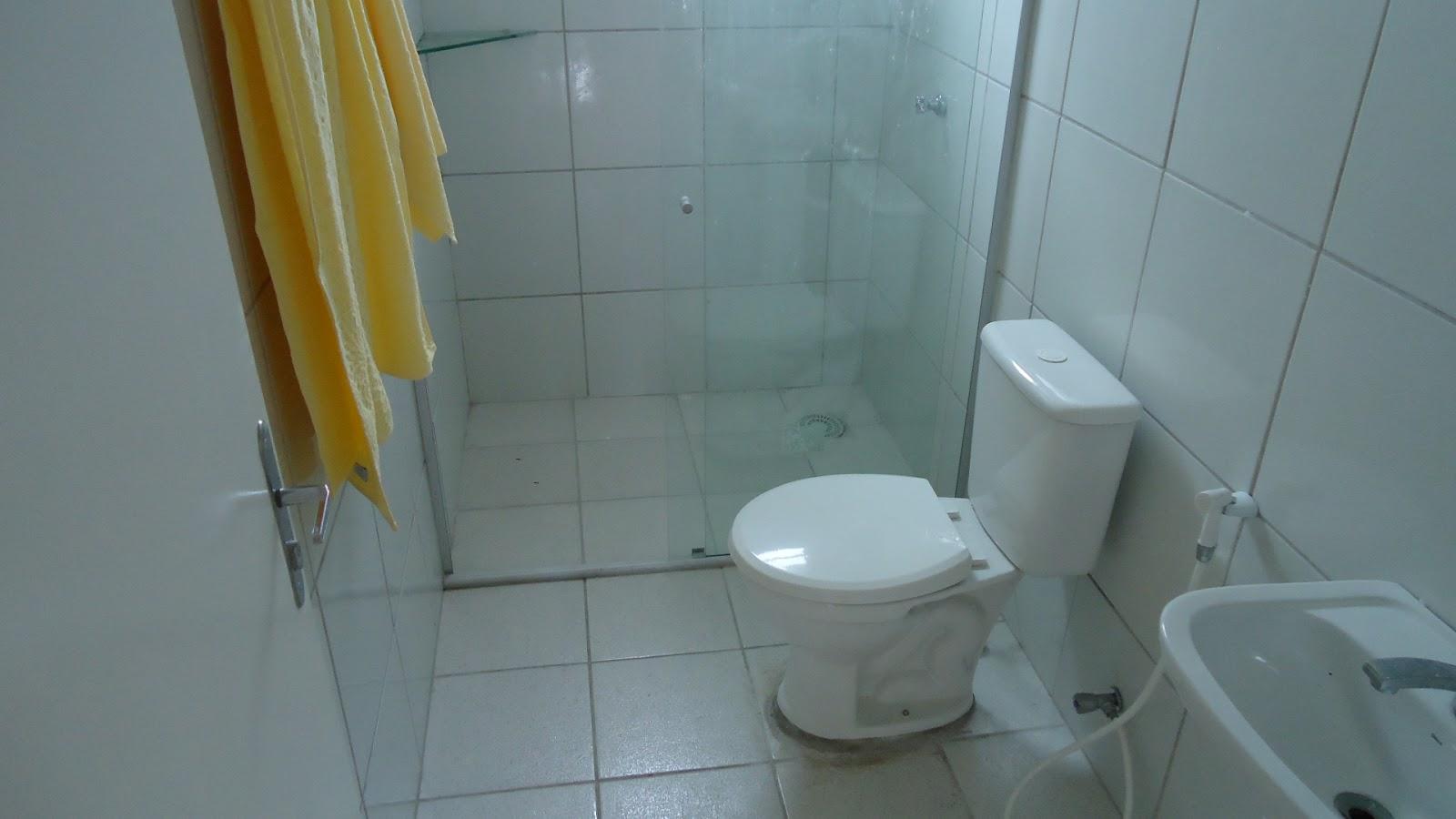 Outra foto de um dos banheiros do pensionato (Fortaleza-CE)