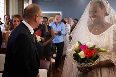 le marié se retourne pour parler avec un de ses amis - mairie du Gosier