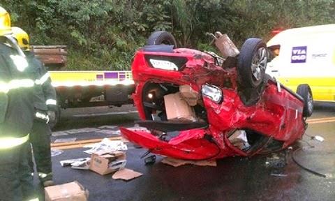 O acidente foi entre um carro de passeio, uma carreta e um caminhão. A vítima, identificada pelo nome de Marcos, estava num Gol, com placa de Barbacena