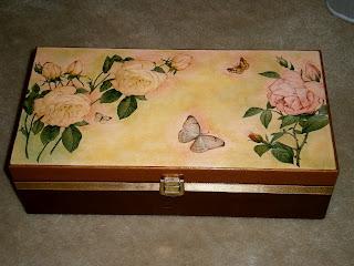 Szkatułka, skrzynka wykonana decoupage; brązowa z motywem róż. Wieczko w pastelowych barwach.
