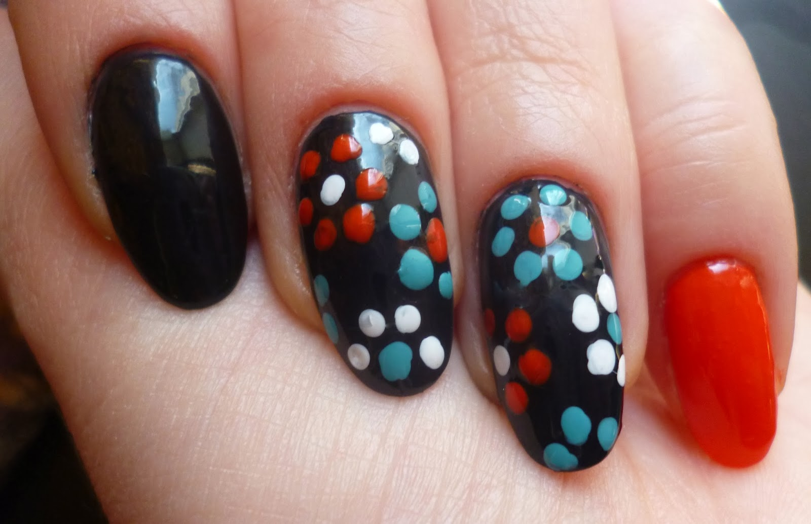 Цветы на ногтях точками