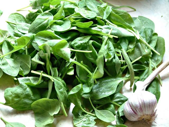 Crepes con spinaci czyli naleśniki ze szpinakiem z czosnkową nutą i serem feta
